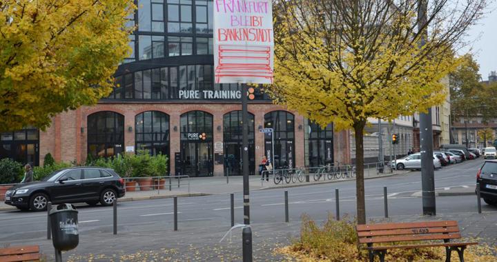 Frankfurt protestiert – die Bänke am Adlhochplatz sollen bleiben