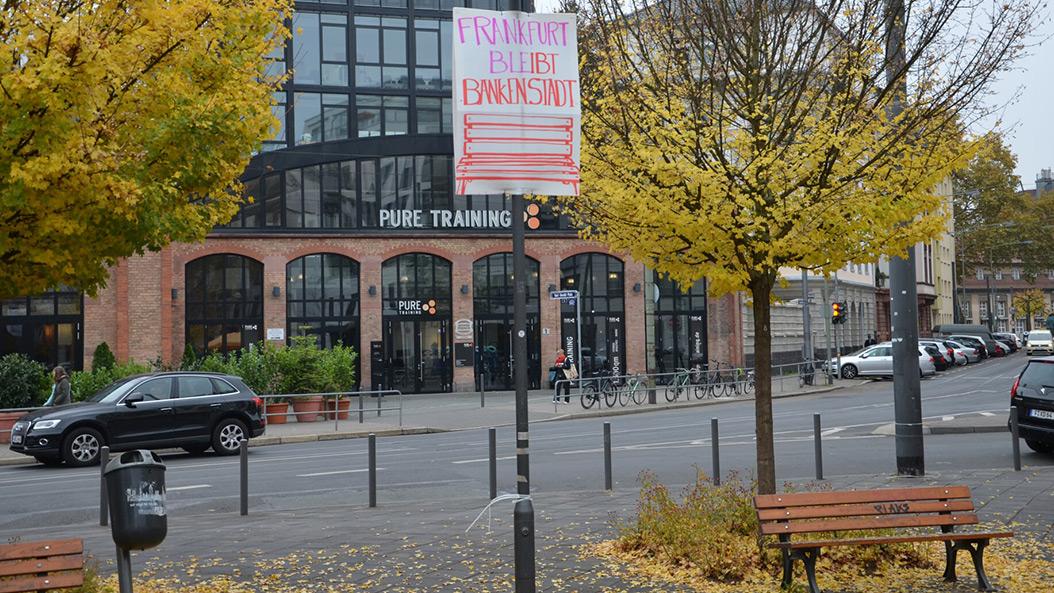 Frankfurt protestiert - die Bänke am Adlhochplatz sollen bleiben